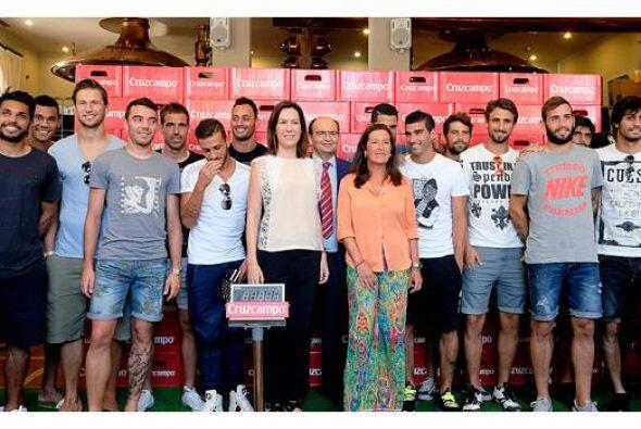 Jugadores del Sevilla, recibieron su peso en cerveza por proclamarse el...