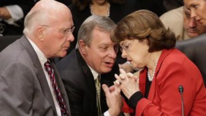De izquierda a derecha los senadores demócratas Patrick Leahy (Vertmont)...