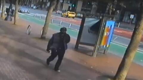 Una cámara de vigilancia capturó a Collin R. White, quien...