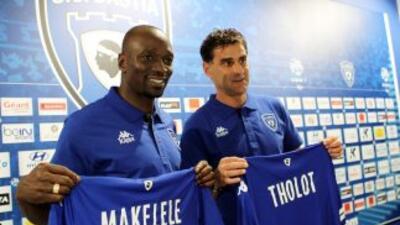 Makelele posa junto a su asistente,Didier Tholot.