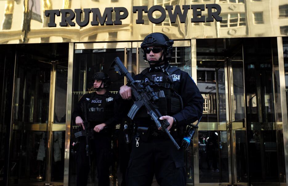 Agentes con armas largas controlan el acceso a la Torre Trump.