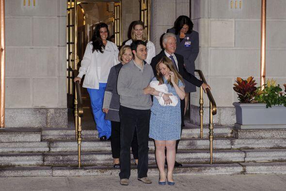Chelsea Clinton y su esposo, Marc Mezvinsky, recibieron a su pequeña Cha...