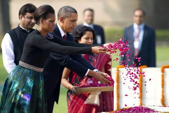 Durante una de las ceremonias, los Obama desperdigaron pétalos de rosas...