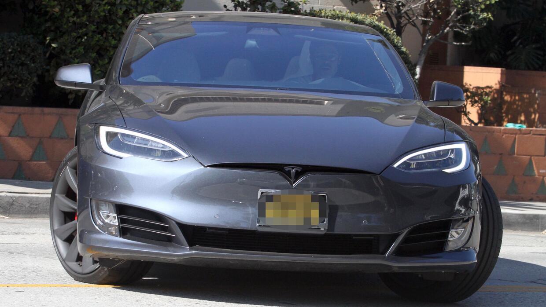El Tesla Model S de Brad Pitt muestra daños en su parachoque delantero.