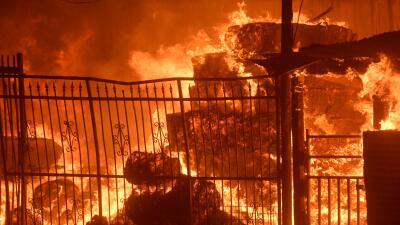 El fuego Creek ha calcinado los cerros del Valle de San Fernando, en Cal...