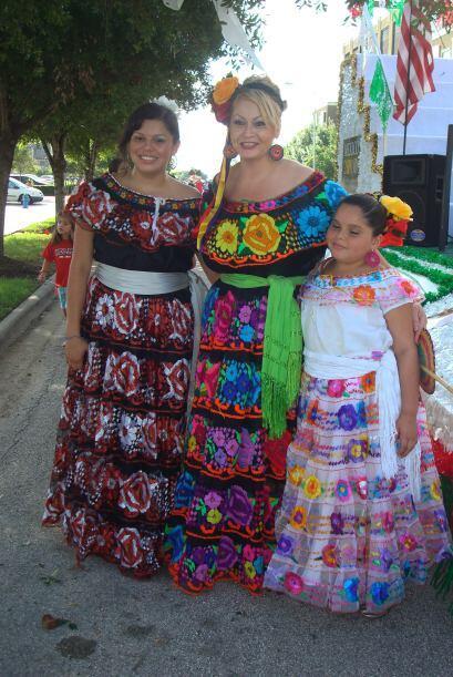 Ellas también lucieron bellos vestidos de diferentes regiones de México.