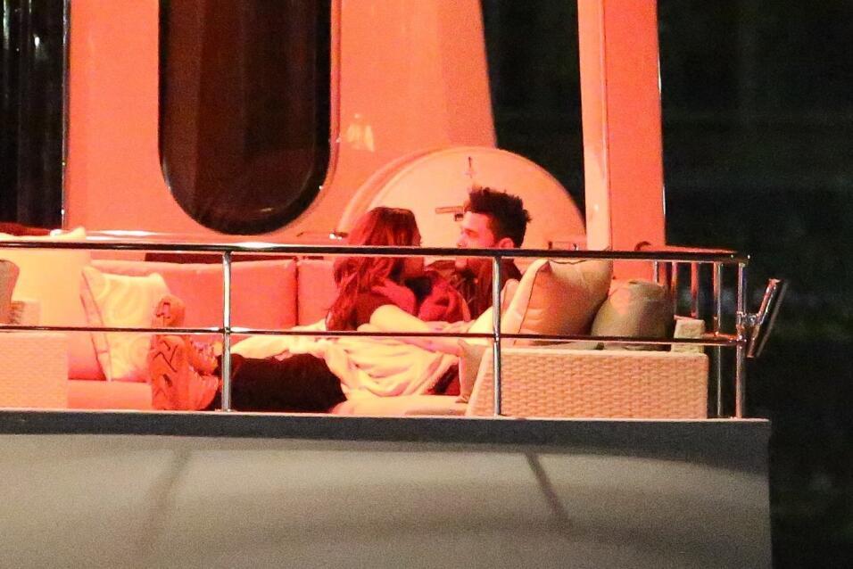 Después de una cena, Selena Gomez y The Weeknd se acurrucaron en un sofá...
