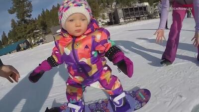 Una bebé se desliza sobre la nieve como toda una esquiadora profesional