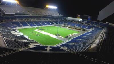 Así se transforma un estadio de fútbol de la noche a la mañana: de Rolli...