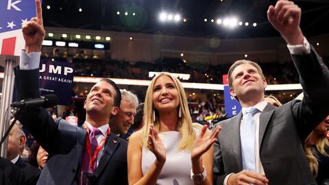 Donald Jr., Ivanka y Eric, hijos de Donald Trump, en el momento en que s...