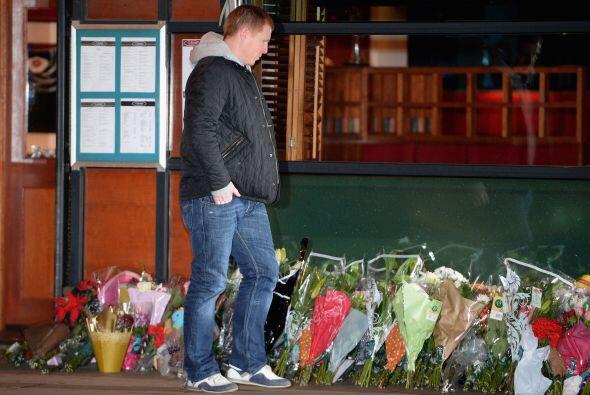 Residentes y familiares de las víctimas dejaron en el lugar del accident...