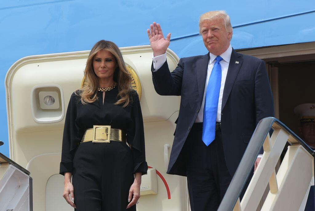 La llegada de Donald Trump y su esposa a Arabia Saudita, escala inicial...