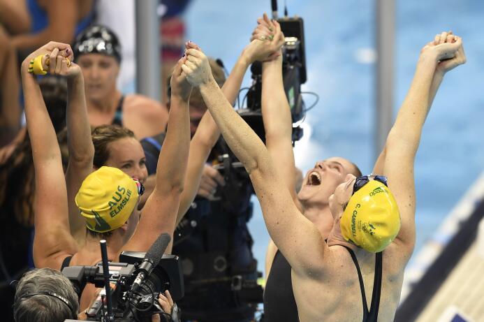 El equipo australiano femenino de natación ganó en 400m libres y rompió...