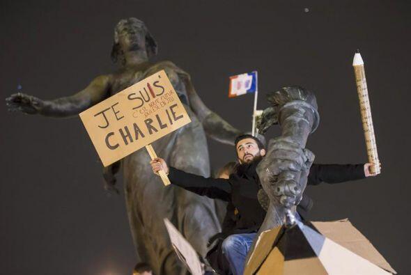Este hombre trepó a lo alto del muonumento en la Plaza de la Nación con...