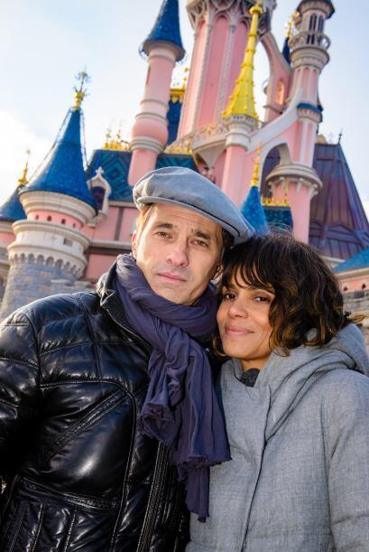 La ganadora del Oscar y su pareja, Olivier Martinez, posaron frente al c...