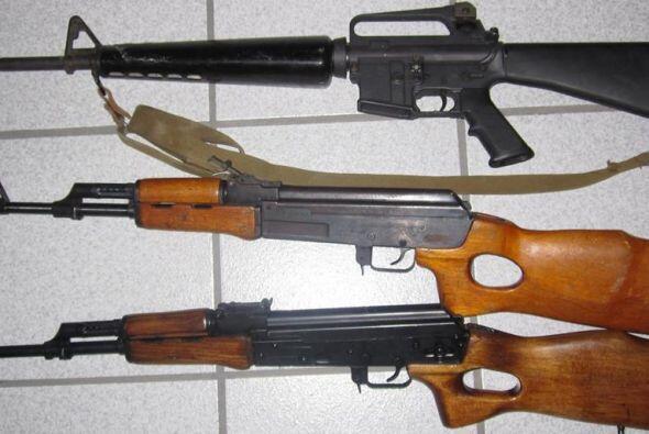 También les fueron decomisadas un arma R15 y una AK 47.