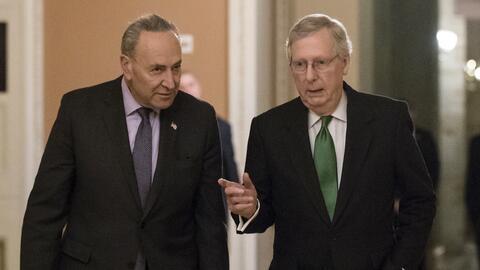 El líder de la minoría demócrata Chuck Schumer (izq...