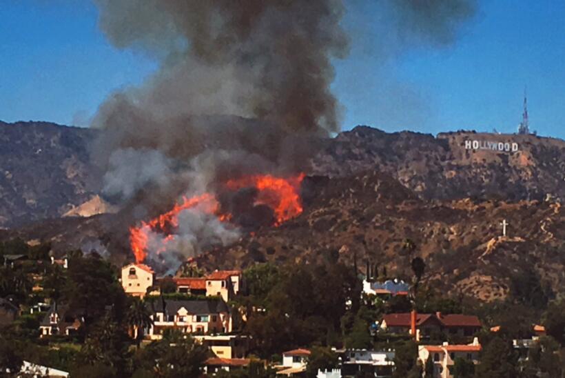 Las llamas están cerca del letrero de Hollywood.
