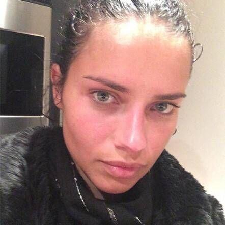 Lo mismo pasa con Adriana Lima, sólo se maquilla para las pasarelas y se...
