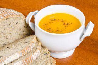 Añade las zanahorias y el caldo de pollo y haz que la mezcla hier...