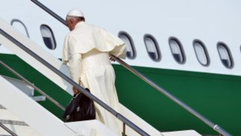 El papa Francisco sube las escalinatas del avión de Alitalia que lo llev...