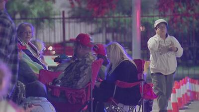 Seguidores de Trump acamparon con la esperanza de obtener un lugar para verlo en Houston