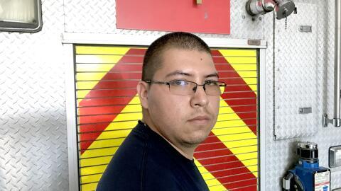 Jesús en la estación de bomberos donde trabaja en el área de logística.