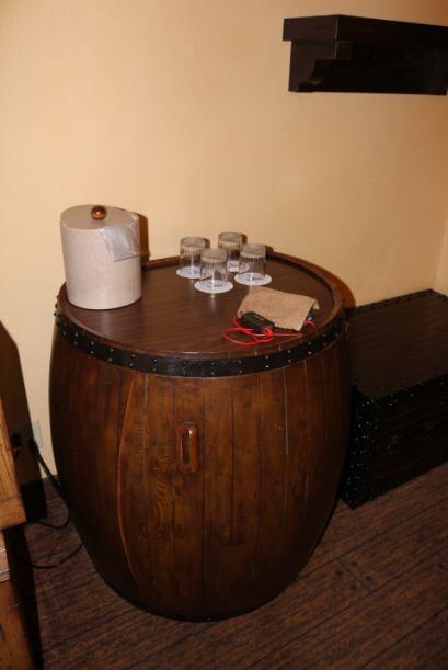 Cada habitación incluye un barril que al abrirlo encontrará una pequeña...
