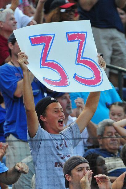 La afición festeja los 33 partidos consecutivos de Dan Uggla conectando...