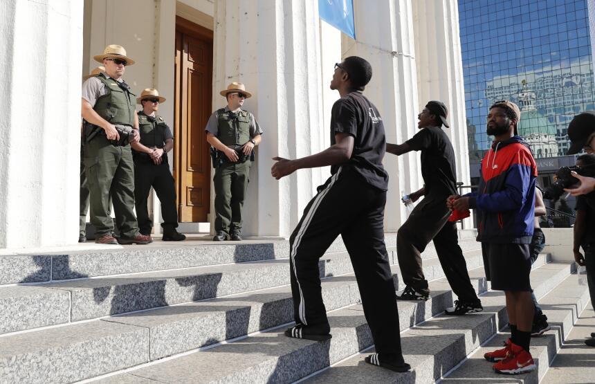 Manifestantes gritan a la guardia estatal en las escalinatas de la antig...