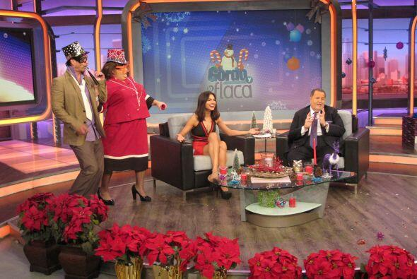 Todos están desconcertados mientras Alejandra muere de risa.