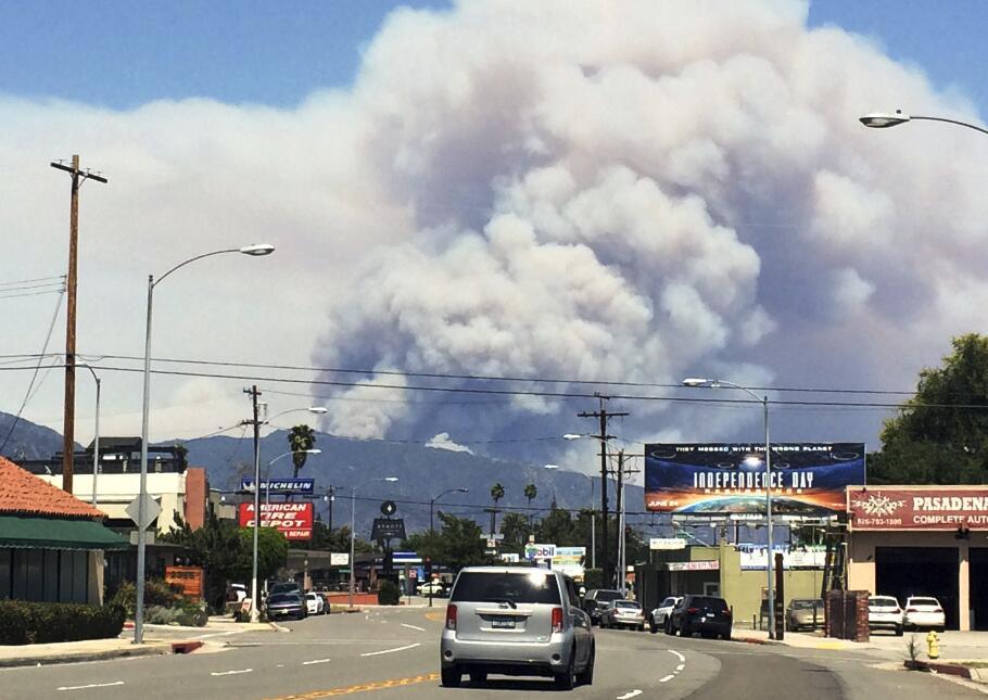 El humo del doble incendio forestal en Los Ángeles visto desde Pasadena.