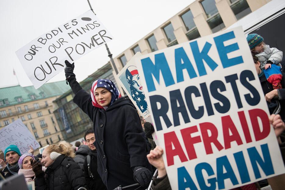 En la Marcha de las Mujeres en Alemania esta activista llevó una bandera...