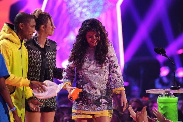 Selena, feliz con su triunfo. Mira aquí los videos más chismosos.
