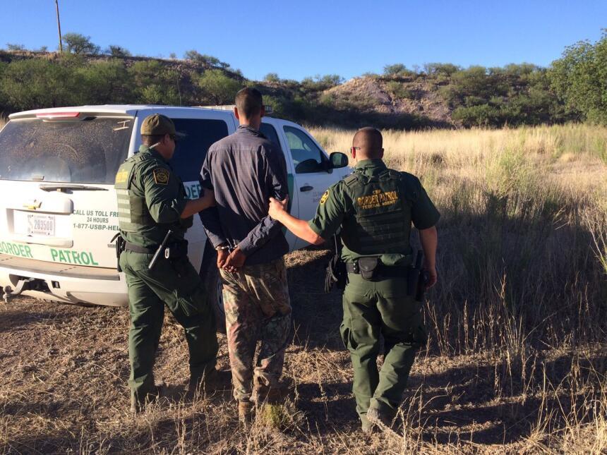Patrulla Fronteriza arresta cuatro inmigrantes en el campo humanitario d...