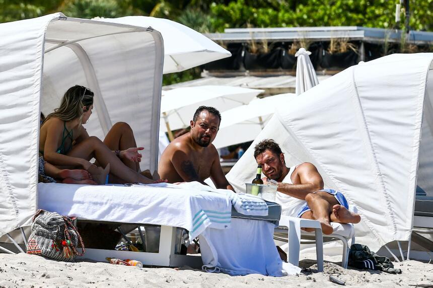 Julián Gil fue sorprendido este martes en una playa de Miami, disfrutand...