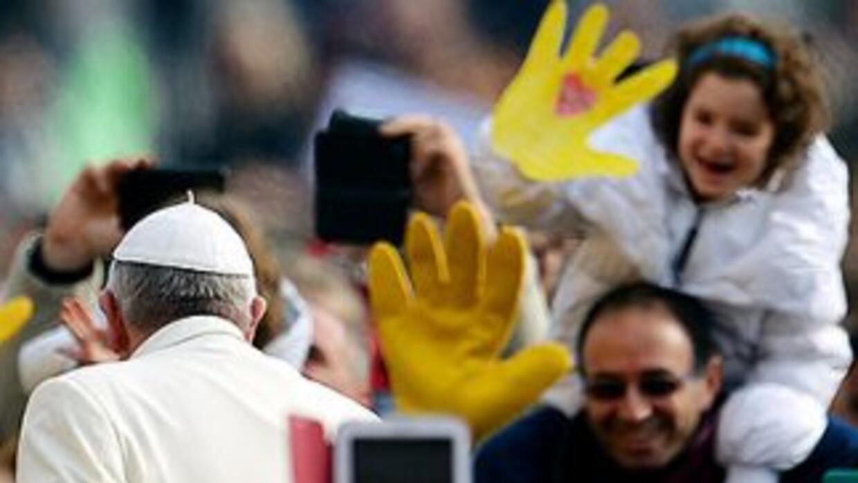 El Papa Francisco saluda a los fieles congregados en el atrio de la Basí...