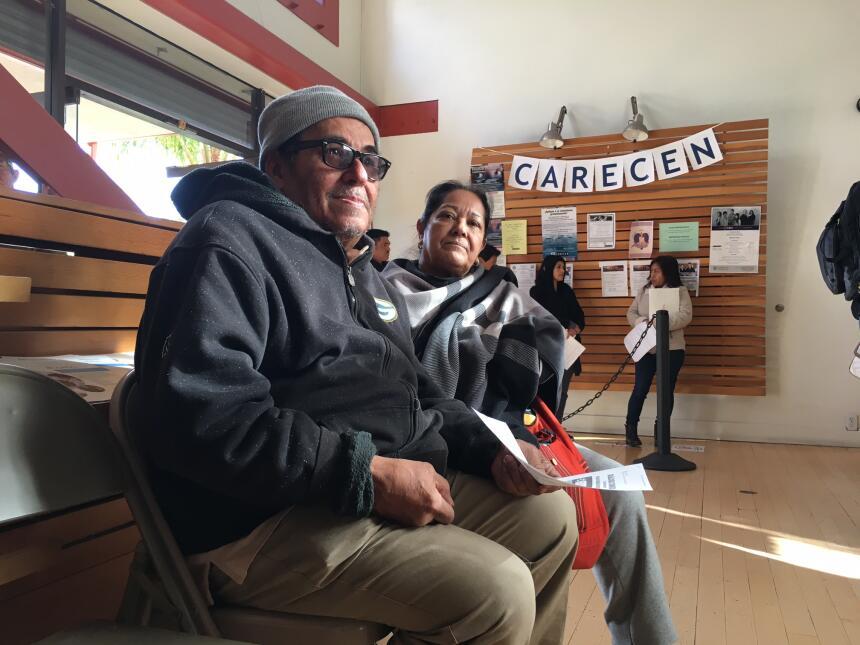 Mardoqueo García y su esposa Elena han acudido a la sede de CARECEN en c...