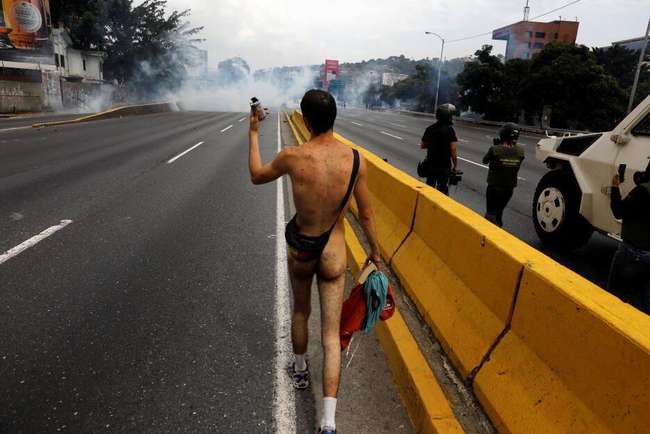 En fotos: Un joven venezolano se desnuda para enfrentar a las fuerzas de...