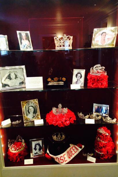 Y las conmemora en una exquisita galería con retratos y coronas....