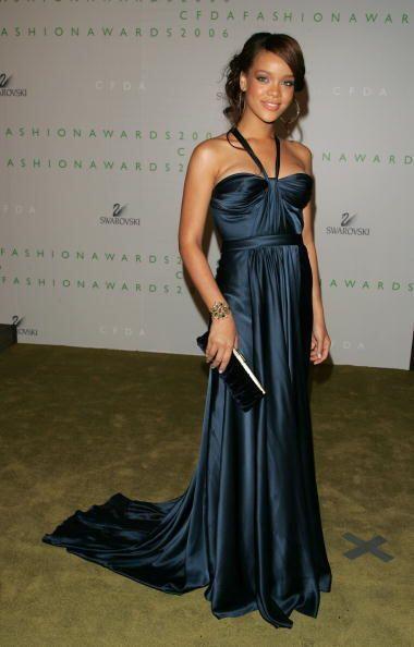 En los CFDA Fashion Awards de 2006, Rihanna lució elegante con es...