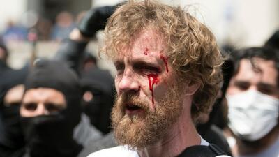 Manifestantes a favor y contra Trump se enfrentan en California