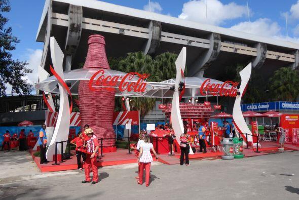 Impresionantes exhibiciones de patrocinantes a las afueras del estadio.