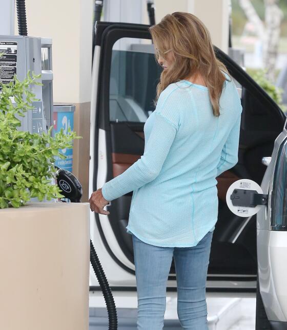 Entre tanto, también va a ponerle gasolina a su camioneta.