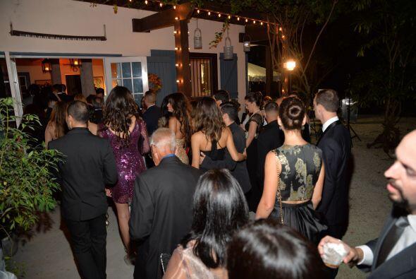 Los invitados entraron al salón donde se llevaría a cabo la recepción.