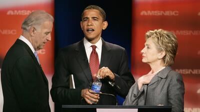 Joe Biden, Barack Obama y Hillary Clinton en un debate de la campaña 2008