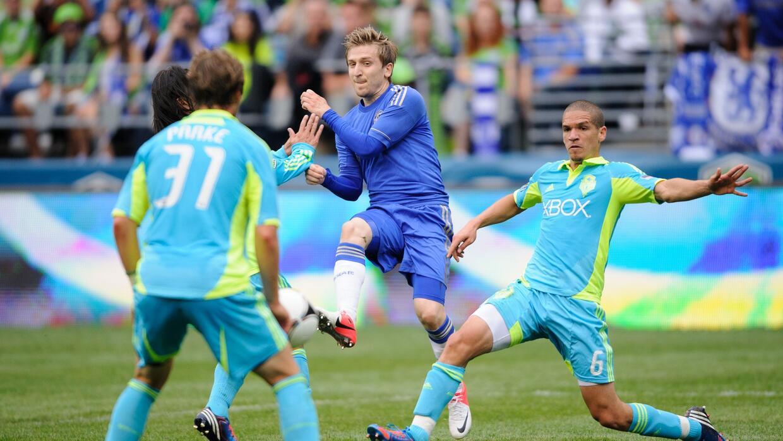 Marko Marin enfrentando al Sounders con la camiseta de Chelsea.