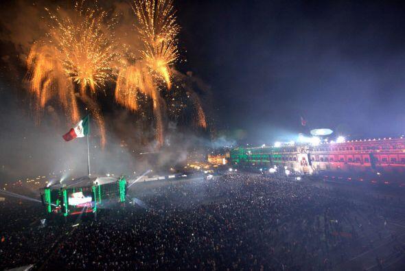 El cielo de la plancha del Zócalo de la Ciudad de México se llenó de col...