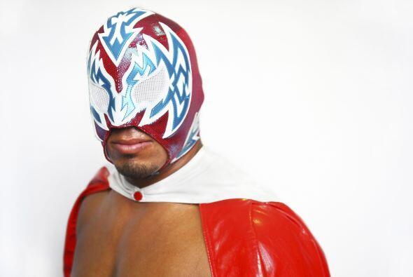 Incógnito es un luchador profesional mexicano-estadounidense que trabaja...
