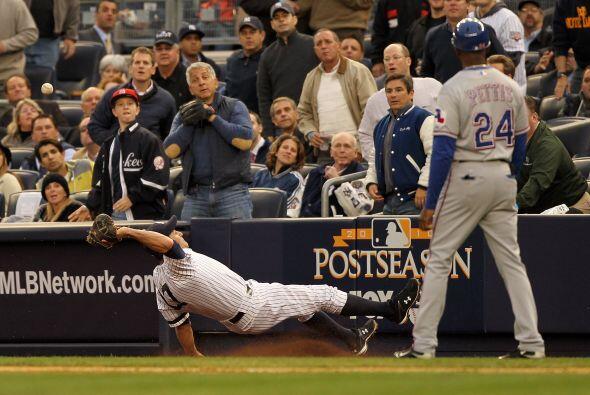 El primera base Lance Berkman dio un susto al resbalarse buscando un bat...